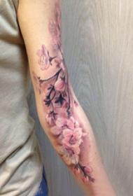 手臂紋身素材 女生手臂上彩繪的櫻花紋身圖片