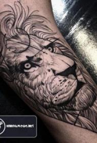 百乐动物纹身 男生大臂上黑色的狮子纹身图片