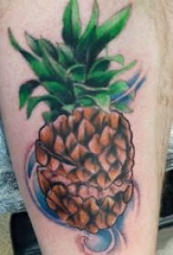 纹身大腿男 男生大腿上彩色的菠萝纹身图片