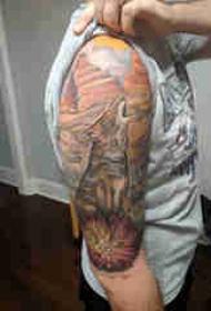 大臂纹身图 男生大臂上花朵和狐狸纹身图片