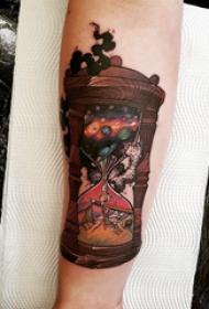 時間沙漏紋身 女生手臂上彩色的沙漏紋身圖片