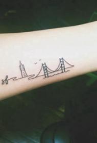 极简线条纹身 女生手臂上黑色的建筑物纹身图片