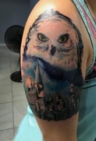 双大臂纹身 女生大臂上建筑物和猫头鹰纹身图片