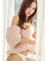 甜美女神周心怡粉色毛衣性感写真
