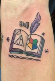 纹身书本 男内行臂上羽毛笔和书本纹身图片