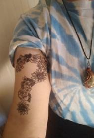 纹身符号 女生手臂上花朵和问号纹身图片