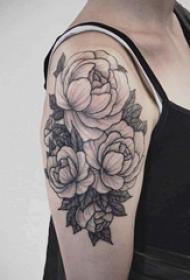 黑灰写实纹身 女生大臂上黑灰的花朵纹身图片