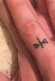 纹身手指  男生手指上黑色的极简线条纹身图片