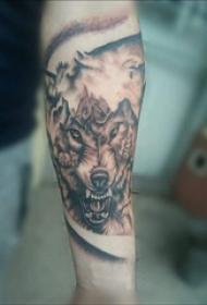 滴血狼头纹身  女生小臂上黑灰的狼头纹身图片