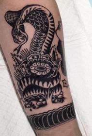 蛇和花朵纹身图案  男生小臂上蛇和花朵纹身图片