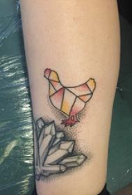 公鸡纹身图案 女生小腿上彩色的公鸡纹身图片
