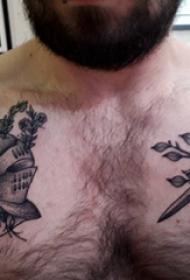 胸部纹身男 男生胸部长剑和头盔纹身图片
