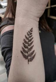 手臂纹身图片 女生手臂上黑色的叶子纹身图片