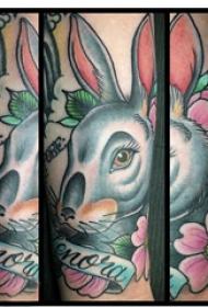 兔子纹身 女生手臂上兔子和花朵纹身图片