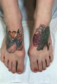 脚背纹身 女生脚背上小丑鱼和海龟纹身图片