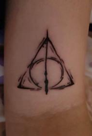 几何元素纹身 女生手臂上圆形和三角形符号纹身图片