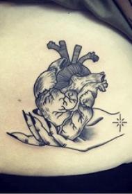 腹部纹身 男生腹部黑色的心脏纹身图片