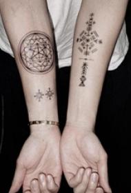 几何线条纹身  女生手臂上几何和线条纹身图片