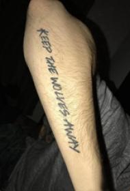手纹身英文字母  男生手臂上黑色的英文字母纹身图片