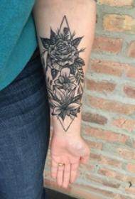 手臂纹身素材 女生手臂上菱形和花卉纹身图片