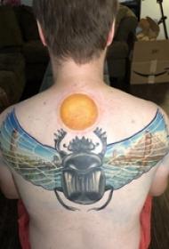后背紋身男 男生后背上太陽和昆蟲紋身圖片