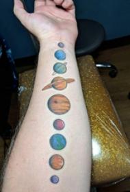 纹身星球  男生手臂上彩色的星球纹身图片
