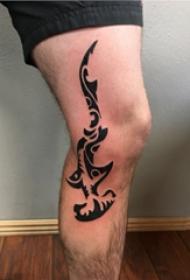 紋身腿部 男生小腿上黑色的錘頭鯊紋身圖片