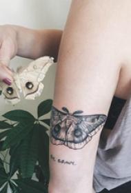 蝴蝶纹身图 女生手臂上蝴蝶纹身图片