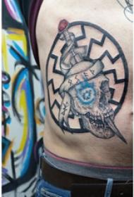 纹身侧腰男 男生侧腰上匕首和骷髅纹身图片