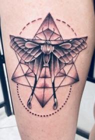 双大臂纹身 男生手臂上黑灰的几何纹身图片