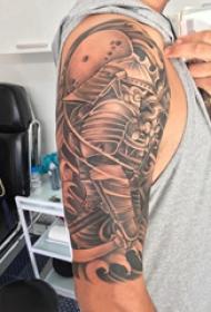 武士纹身 男生大臂上樱花和武士纹身图片