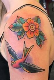 纹身肩部  女生肩部燕子和花朵纹身图片