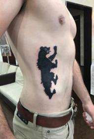 側腰紋身男 男生側腰上熊紋身圖片