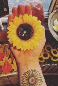 向日葵纹身  女生手腕上彩色的向日葵纹身图片