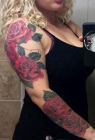 花朵纹身 女生手臂上彩色的玫瑰花臂纹身图片