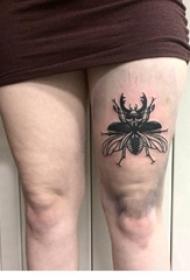 纹身虫 女生大腿上黑灰纹身图片
