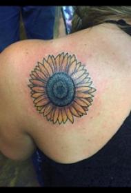 向日葵纹身图片 女生后肩上彩色的向日葵纹身图片