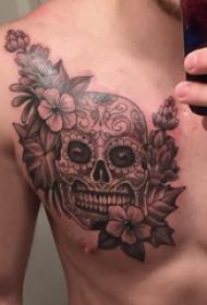 骷髅纹身 男生胸上骷髅和花卉纹身图片