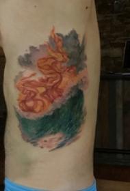 侧腰纹身男 男生侧腰上火焰和海浪纹身图片