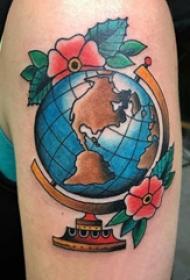 地球纹身图案 男生大臂上花朵和地球仪纹身图片
