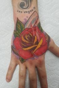 手背纹身 男生手背上彩色的玫瑰纹身图片
