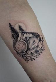 黑灰写实纹身 男生手臂上植物和狐狸纹身图片
