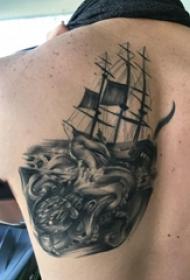 纹身小帆船  男生后背上黑灰的帆船纹身图片