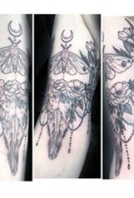 牛头骨纹身 男生大臂上黑灰的牛头骨纹身图片