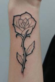 极简线条纹身 男生手臂上黑色的玫瑰纹身图片