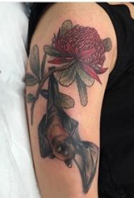 大臂紋身圖  男生手臂上花朵和蝙蝠紋身圖片