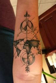 手臂纹身图片 男内行臂上地图和指南针纹身图片