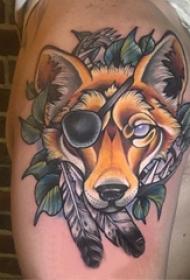大臂纹身图 男生大臂上植物和狼头纹身图片