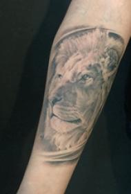 狮子王纹身 女生手臂上黑灰的狮子纹身图片