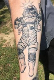手臂纹身图片 女生手臂上黑色的宇航员纹身图片